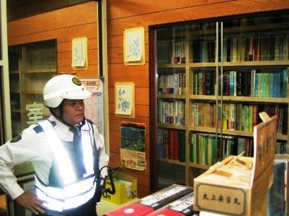 薬局店内の書棚にようやく少しずつ書籍を搬入